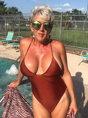 superb mature moms near bikinis