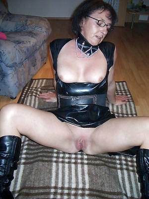 mature column in latex posing nude