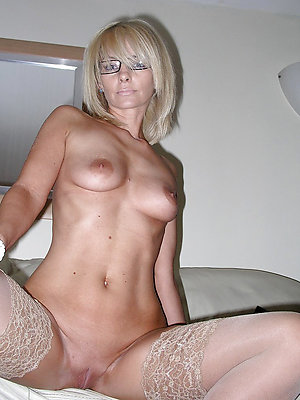 sexy full-grown milf posing nude