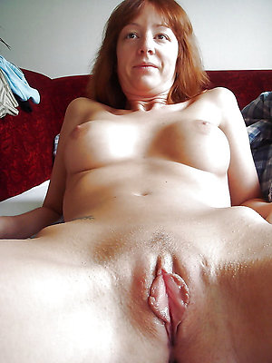 wet mature pussy posing nude