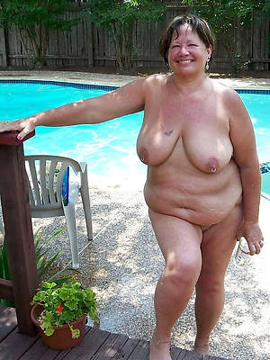 beautiful mature shutters milf displaying her pussy
